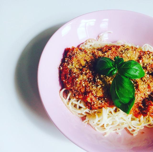 Vegane Linsenbolognese mit Cashew-Parmesan