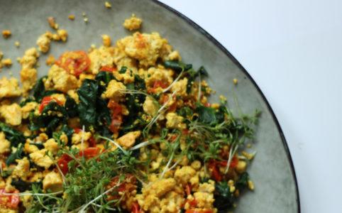 Tofu-Rührei mit Spinat & Tomate