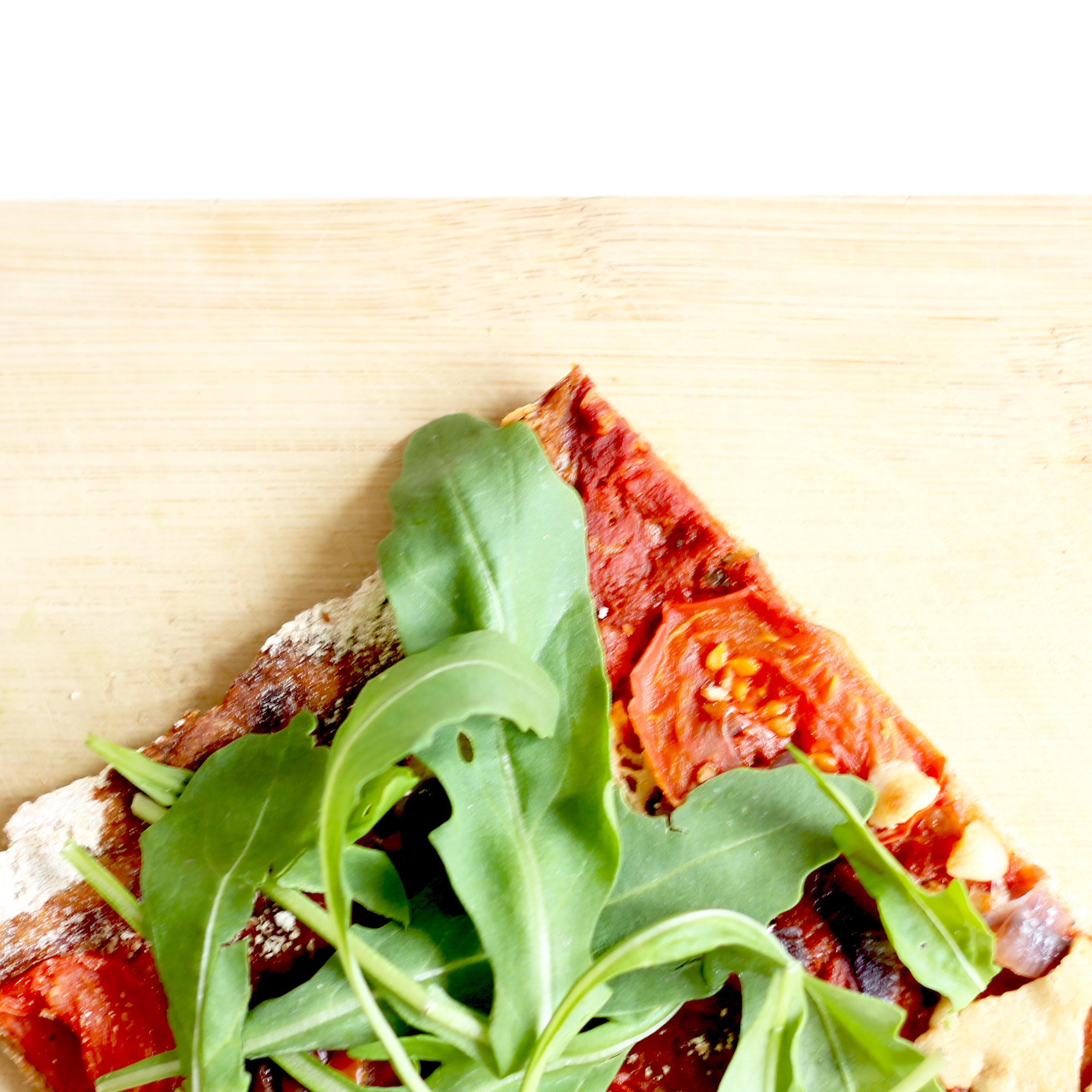 Vegane Pizza aus Dinkelvollkornmehl mit veganem Käse